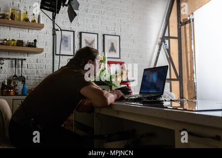 Bel homme travaille dans un centre de données en ordinateur portable.