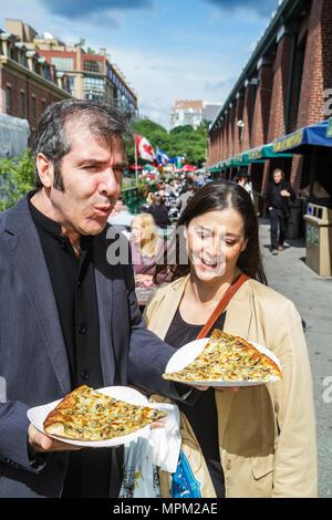 Toronto Ontario Canada Saint-laurent shopping marché farmer's market marchand vendeur coin patio Femme Homme couple banc de pique-nique p Banque D'Images