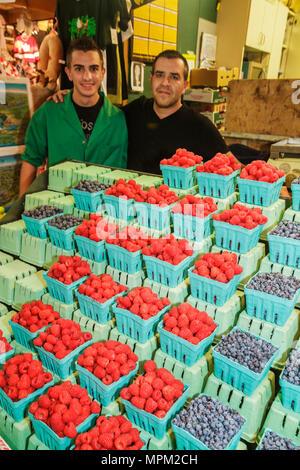Toronto Ontario Canada Saint-laurent shopping marché farmer's market marchand vendeur de fruits bleuets agriculture raspberr Banque D'Images