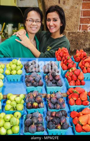 Toronto Ontario Canada Saint-laurent shopping marché farmer's market marchand vendeur de fruits frais Fraises agriculture f vert Banque D'Images