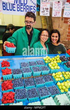 Toronto Ontario Canada Saint-laurent shopping marché farmer's market marchand vendeur de fruits frais Framboises agriculture blueberr Banque D'Images