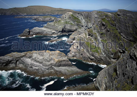 Falaises magnifiques le long de la côte de Kerry dans le sud-ouest de l'Irlande lors d'une journée ensoleillée en mai Banque D'Images
