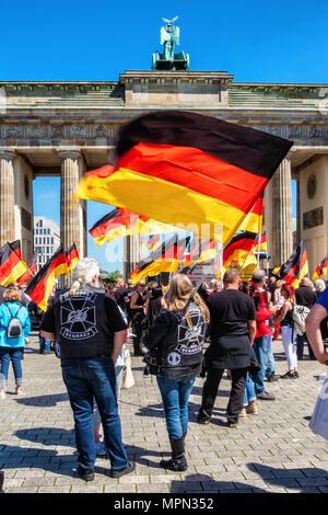Berlin Mitte, des centaines de motocyclistes de protester contre la porte de Brandebourg pour la protection des femmes, des enfants et des personnes âgées en Allemagne. Banque D'Images