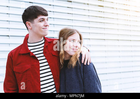 Young affectionate couple debout bras dessus bras dessous, à l'égard de l'espace de copie Banque D'Images