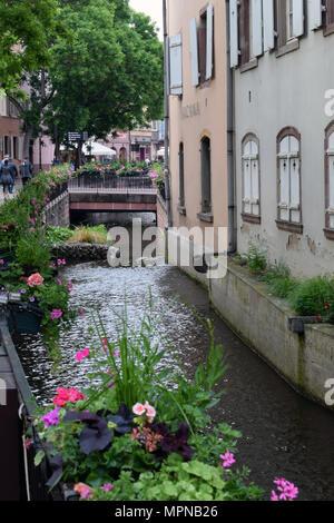 COLMAR, FRANCE - 17 mai 2018: petit canal à Colmar ville. Vertical image. Banque D'Images