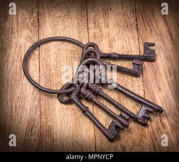 Old rusty keys sur fond de bois Banque D'Images