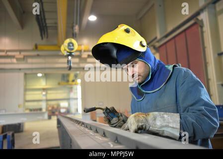 Vérification de la surface métallique soudeur en usine