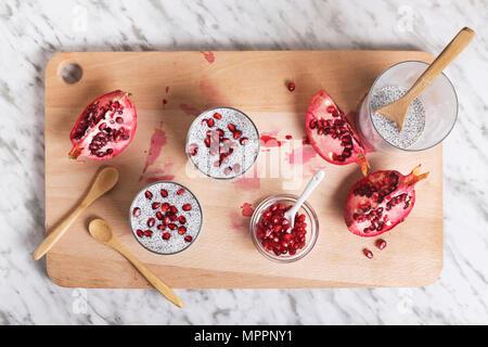 Deux verres de chia pudding avec graines de grenade Banque D'Images