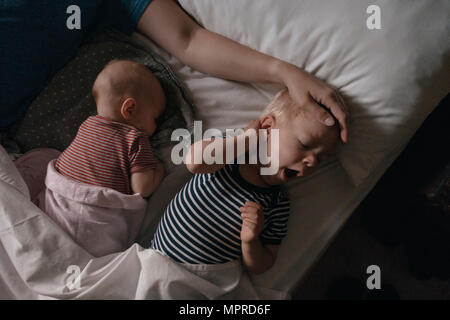 Vater couché à côté de sa fille et son fils au lit Banque D'Images
