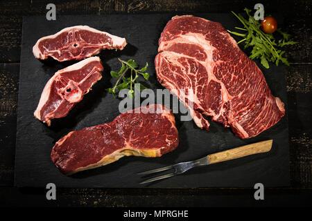 La viande crue, rosbif , american chuck eye steaks et côtelettes d'agneau Banque D'Images