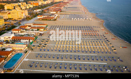 Vue aérienne d'une plage privée de la Versilia, 20 km de littoral en Toscane Banque D'Images
