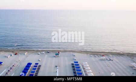 Vue aérienne de certaines plages privées de la Versilia, 20 km de littoral en Toscane Banque D'Images