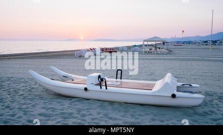 """'Pattino"""" ou """"oscone' sur la plage de Forte dei Marmi dans un jour nuageux Banque D'Images"""