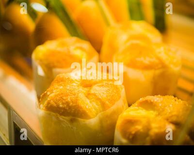 Libre focus sélectif du pain frais cuit dans le tiroir rack. Concept d'aliments et de boissons. Banque D'Images