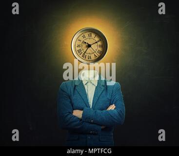 Image surréaliste d'un professeur sérieux et mains croisées avec une horloge à la place de sa tête sur l'arrière-plan du tableau. Le concept du temps dans les Banque D'Images