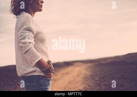 Beau moyen-âge caucasian woman debout près du désert Banque D'Images
