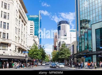 New Zealand Auckland Nouvelle Zélande d'attente de circulation de la rue Queen street shopping centre-ville Auckland New Zealand North Island Banque D'Images