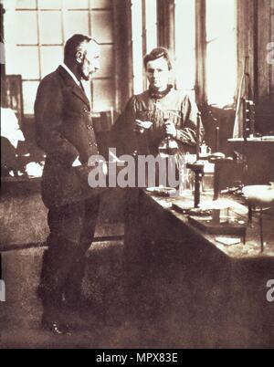 Pierre et Marie Curie dans leur laboratoire, pub. 1898 (photographie) Banque D'Images