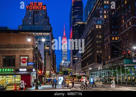 New York, USA. 24 mai 2018 - L'Empire State Building est allumé en rouge en l'honneur de Red Nose Day, une campagne de financement pour mettre fin à la pauvreté des enfants. À l'échelle mondiale, Red Nose Day a recueilli plus de 1 milliards de dollars depuis son lancement au Royaume-Uni en 1988. Photo par Enrique Shore/Alamy Live News