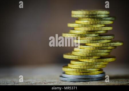 Coins empilés les uns sur les autres dans des positions différentes. Concept d'économie d'argent. Banque D'Images