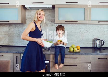 La mère et le fils dans la cuisine. Banque D'Images