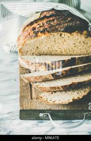Du pain frais, planche à découper et des épis de blé sur..