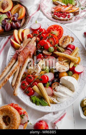 Variété de collations préparés pour vin de pique-nique summer party avec fruits frais, légumes, jambon et fromage Banque D'Images