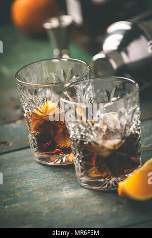 Cocktail sans alcool avec l'écorce d'orange et de la glace sur une table en bois Banque D'Images