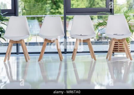 Des chaises blanches à la lumière moderne bureau Banque D'Images