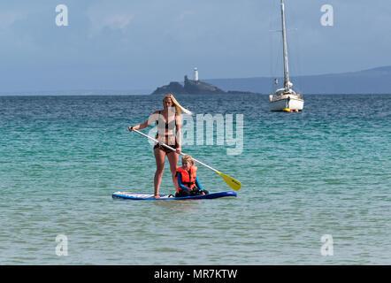 Mère et fille paddleboarding paddle à st.ives bay, Cornwall, Angleterre, Grande-Bretagne, Royaume-Uni. Banque D'Images