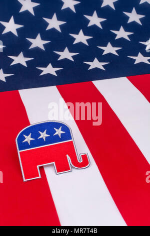 US GOP / Parti républicain patch avec le drapeau Stars and Stripes. Métaphore 2022 midterms, élection présidentielle de 2020, primaires américaines, politique américaine, Red Wave.