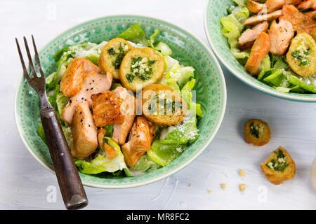Salade césar au saumon et croûtons aux herbes Banque D'Images