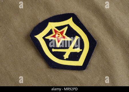 L'artillerie de l'armée soviétique d'épaule sur fond uniforme kaki