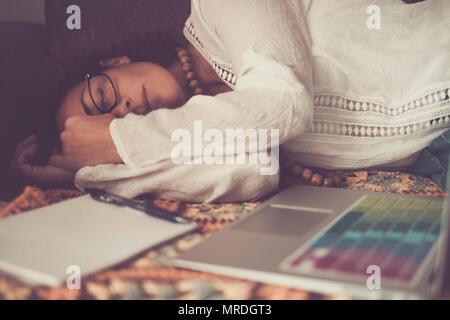 Magnifique lonely woman dormir après un bon travail à domicile avec ordinateur portable. pas d'heures de travail à la maison plutôt que de problème qu'un bureau habituel. al Banque D'Images