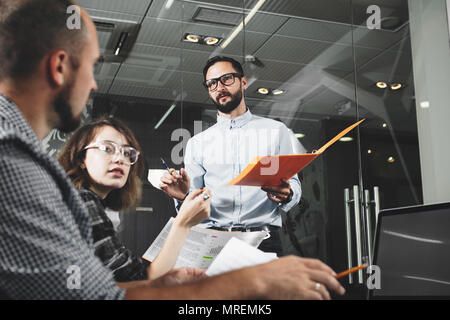 Account manager travaille avec des clients dans la chambre en mezzanine bureau. La formation du personnel. Le travail d'équipe et de remue-méninges Banque D'Images