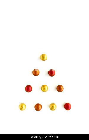 De l'arbre de Noël, truffes au chocolat brillant métallique en différentes couleurs sur fond blanc avec l'exemplaire de l'espace. Banque D'Images