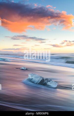 Glacier jökulsárlón lagoon, est de l'Islande. Blocs de glace sur la plage noire Banque D'Images