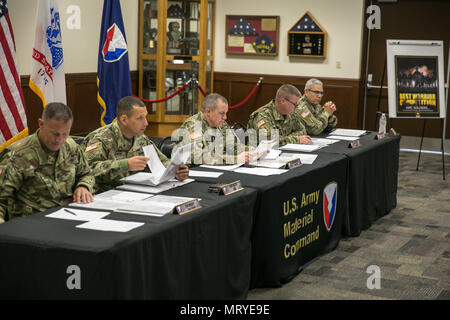 Le sergent-major de commandement de l'armée américaine Rodger Mansker, centre, préside un conseil oral pendant le commandement du matériel de l'Armée 2017's Best Warrior le 16 juillet 2017 la concurrence, au Camp Atterbury, Indiana. Au cours des trois jours de compétition, les guerriers d'élite sont de base et avancées sur l'essai des tâches et des exercices du guerrier. (U.S. Photo de l'armée par le Sgt. 1re classe Teddy Wade)
