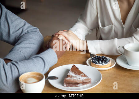 L'Interracial couple sitting at cafe table, gros plan Banque D'Images