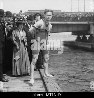 Des sauts d'Houdini, 1908 Pont de Harvard, Houdini debout près du côté de la Charles River, enchaînée et des menottes. Harry Houdini (1874 - 1926) née à l'austro-hongrois de l'évasion de l'Amérique, illusionniste et stunt performer Banque D'Images
