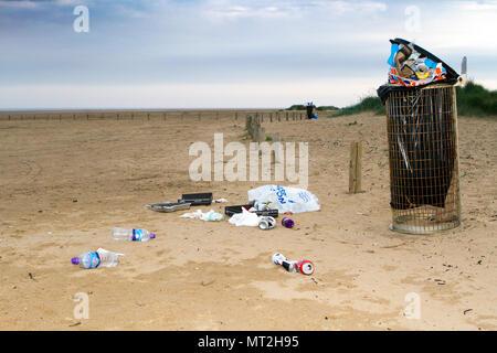 Plage sale, Southport, Merseyside. 28 mai 2018. Banque mondiale fêtards quittent les plages de Southport jonché d'ordures, jeté des barbecues et des canettes de bière vides. Les grains de beauté étaient couverts de détritus et de sacs de déchets étaient empilés à côté de poubelles débordent. De nombreux simplement laissé leurs déchets derrière après avoir des barbecues et des boissons en plein air - obligeant les escadrons de nettoyage de sauter dans l'action aujourd'hui. Alors que certains ont tenté d'effacer en plaçant leur litière près d'une poubelle, la nature sont encore entachés par des montagnes de déchets qui couve. Credit: Cernan Elias/Alamy Live News