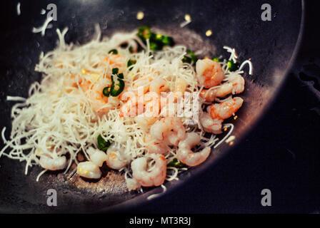 Photo gros plan d'un sauté de crevettes par cuisson dans un wok Banque D'Images