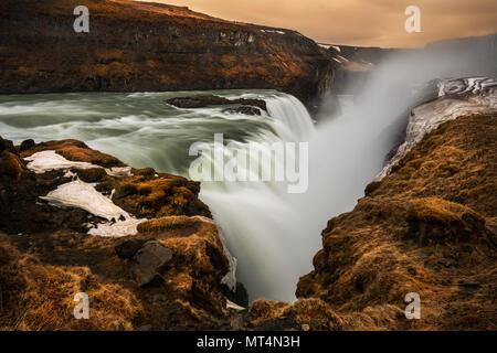 Gullfoss puissant tomber dans le canyon de la rivière Hvítá. Banque D'Images