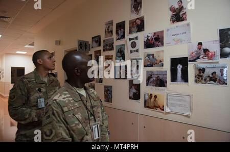 Aumônier (Capt) John Appiah, 455 e Escadre expéditionnaire aérienne, et le sergent. Christopher Rodriguez, aumônier de l'AEW 455 e assistant, regarder des photos d'enfants afghans dans un hôpital à Hamid Karzaï, l'aéroport international de Kaboul, Afghanistan, le 23 juillet 2017. Équipes de soutien religieux de Bagram Airfield visiter six endroits différents en Afghanistan où un aumônier n'est pas déployés actuellement. (U.S. Photo de l'Armée de l'air par le sergent. Benjamin) Gonsier