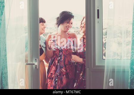 Groupe de trois belles femmes caucasiennes amis femme à la maison et célébrer à nice activité de loisirs. L'amitié avec le sourire et profiter de l'heure Banque D'Images