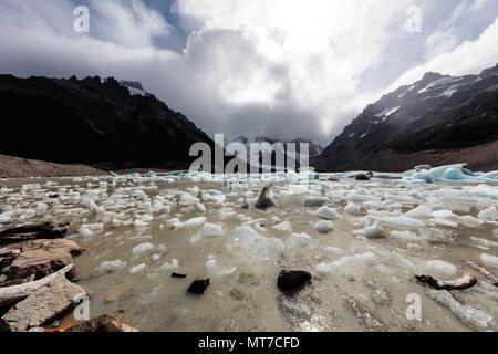 De petits blocs de glace dot la rive d'un lac glaciaire à Fitzroy en Argentine Banque D'Images