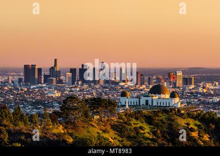 Gratte-ciel de Los Angeles et Griffith Observatory au coucher du soleil