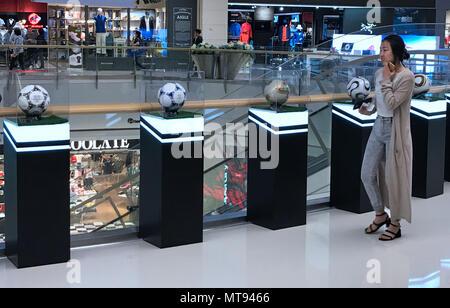 La société Shenyang Blower, la société Shenyang Blower, la Chine. 28 mai, 2018. Shenyang, Chine-28th mai 2018: Que la Coupe du Monde 2018 est au coin de la rue, des installations sur le thème du football peut être vu à Shenyang, Liaoning Province du nord-est de la Chine, 28 mai 2018. Crédit: SIPA Asie/ZUMA/Alamy Fil Live News Banque D'Images