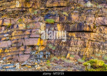 Rocher coloré naturel contexte en Andalousie, espagne. La roche est plat et stratifiés, il s'effrite par endroits, comme l'ardoise. Il a jaune et bleu Banque D'Images