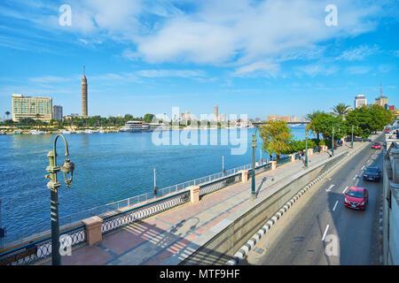 Le CAIRE, ÉGYPTE - Le 24 décembre 2017: La vue sur la Corniche du Nil de remblai le Qasr El Nil bridge, le 24 décembre au Caire. Banque D'Images